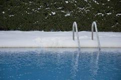 Swimmingpool unter Schnee Stockbilder