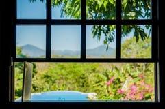 Swimmingpoolansicht des offenen Fensters Stockfotografie