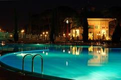 Swimmingpoolbereich in der Nachtablichtung Stockfotografie
