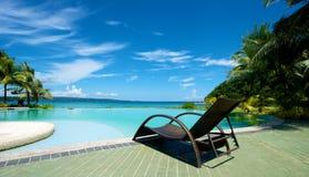 Swimmingpoolferienort mit Recliner in Boracay Lizenzfreie Stockfotos