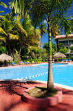Swimmingpoolhotel an der tropischen Rücksortierung Stockfotografie
