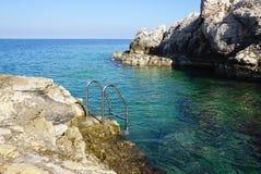 Swimmingpoolleiter in adriatisches Meer in Rovinj, Kroatien Lizenzfreie Stockfotografie