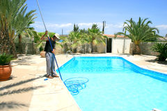 Swimmingpoolreinigungsmittel lizenzfreie stockfotografie