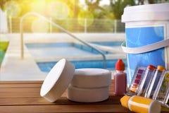 Swimmingpoolservice und Chemikalien und Poolhintergrund Stockbild
