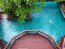 Swimmingpoolterrasse lizenzfreie stockfotos