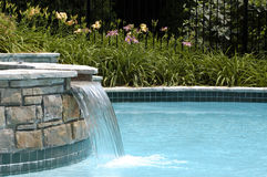 Swimmingpoolwasserfall stockfotos