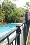 Swimmingpoolzaun Stockfotografie