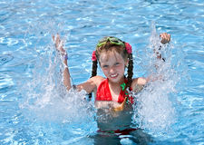 swimsuit заплывания бассеина девушки красный Стоковые Изображения