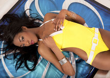 swimsuit девушки sunbathing Стоковые Фотографии RF