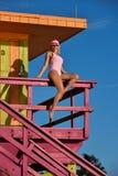 Swimsuit wzorcowy obsiadanie przy ratownika wierza Fotografia Royalty Free