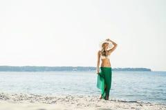 Swimwear и gree привлекательной, молодой, тонкой женщины нося alluring Стоковое Изображение RF