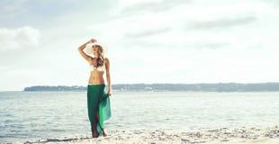 Swimwear и gree привлекательной, молодой, тонкой женщины нося alluring Стоковая Фотография