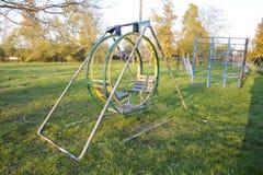 Swing på lekplatsen 2 children playground Gungor och en glidbana som glider Arkivfoto