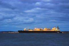 Swinoujscie - LNGtankfartyg som förtöjas till kajen royaltyfria foton