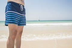 Swinsuit do homem na praia Fotografia de Stock Royalty Free