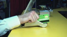 Терминал кредитной карточки Терминал выплаты по кредитной карточке, быстро проводя пальцем по для продажи сделке Взгляд конца-вве акции видеоматериалы