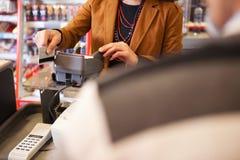 ассистентский swiping магазина кредита карточки Стоковое Изображение RF