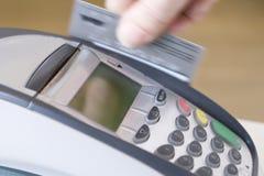 Swiping Kreditkarte Stockbild