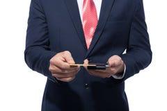 Swiping kredyt, kartę debetową Z czytnikiem kart płatniczy zakupy/ Zdjęcie Royalty Free