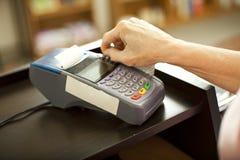 Swiping o cartão de crédito Foto de Stock Royalty Free