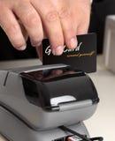 Swiping um cartão através de um terminal Fotografia de Stock Royalty Free