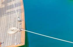 Swirled krullade reppilbågen på nautisk förtöja linje för fartygdäck royaltyfri foto