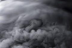Swirly se soulève du brouillard glacé de glace carbonique à partir du dessus photo libre de droits