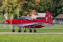 Swiss Air-Kracht PC-7 vertoningsteam die Pilatus vliegen PC-7 trainervliegtuigen royalty-vrije stock afbeelding