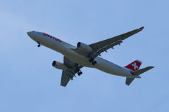 Swiss Airlines A330 descend pour débarquer à l'aéroport international de JFK à New York Photo libre de droits
