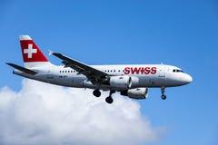 Swiss International Air Lines, Aerobus A319 - 112 ląduje obrazy stock