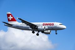 Swiss International Air Lines, Airbus A319 - 112 que aterrizan Imagenes de archivo
