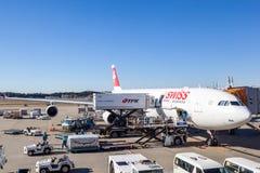 Swiss International Air Lines en la pista de despeque del aeropuerto de Narita Imagen de archivo libre de regalías