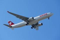 Swissair Airbus A330 in New- Yorkhimmel vor der Landung an JFK-Flughafen Lizenzfreie Stockfotos