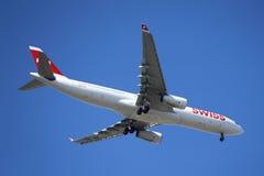 Swissair Airbus A330 no céu de New York antes de aterrar no aeroporto de JFK Foto de Stock