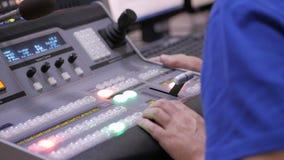 Switcher knopen in de post van studiotv, Audio en Videoproductieswitcher van Televisie-uitzending stock video