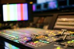 Switcheren knäppas i studioTV-station, ljudsignal och videoen Productio arkivfoto