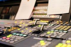 Switcheren knäppas i studioTV-station, ljudsignal och videoen Productio royaltyfria foton