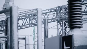 Switchgears e interruptores em um central elétrica com construção de aço Detalhe do central elétrica, isolamento de alta tensão t foto de stock