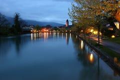 Switzerland, Interlaken. Ideia da noite de um r pequeno fotos de stock royalty free