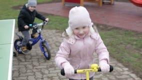 swobodny ruch Dzieci jadą mini bicykl i hulajnoga zbiory