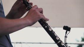 swobodny ruch Muzyk bawić się klarnet przy festiwalem muzykim zbiory