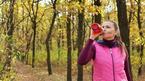 swobodny ruch Piękna sprawność fizyczna sporta dziewczyna w sportswear napojach wodnych lub izotonicznym napoju od sporta bidonu  zbiory