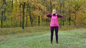 swobodny ruch Piękna sprawność fizyczna sporta dziewczyna w sportswear napojach wodnych lub izotonicznym napoju od sporta bidonu  zdjęcie wideo