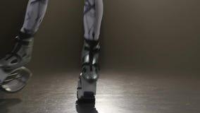 swobodny ruch Zako?czenie Kangoo skacze przy czarnym tłem w studiu zdjęcie wideo