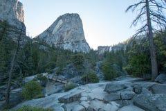 Swobody nakrętki halny szczyt i Nevada Spadamy widziimy od mgły Wycieczkuje ślad w Yosemite parku narodowym w Kalifornia usa Obraz Royalty Free