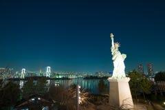 Swobody statua przy Odaiba z tęcza mostem w tle Tokio Fotografia Royalty Free