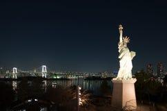 Swobody statua przy Odaiba z tęcza mostem w tle Tokio Zdjęcia Royalty Free