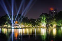 Sword湖的夜视图和乌龟在河内耸立 免版税库存照片