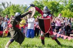 swordfight全副武装的中世纪战士 库存照片