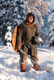 Swordsman в лесе зимы в историческом панцыре Стоковая Фотография RF